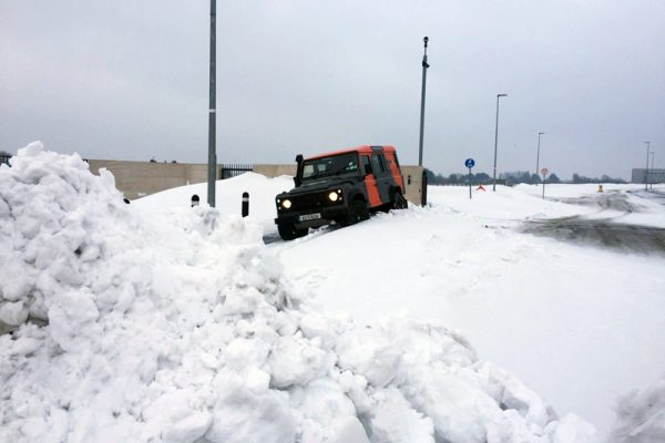 An Orangeworks landrover pulled over on a snowy day showing delegates how to drive in adverse weather conditions.